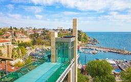 Ανελκυστήρας μαρινών και γυαλιού στην περιοχή Kaleici σε Antalya, Τουρκία Στοκ Φωτογραφία