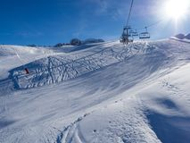 Ανελκυστήρας με τα καθίσματα που πηγαίνουν πέρα από το βουνό και τις πορείες από τους ουρανούς και τα σνόουμπορντ Γαλλία, Meribel Στοκ φωτογραφία με δικαίωμα ελεύθερης χρήσης