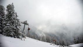 Ανελκυστήρας σε ένα δάσος στον ομιχλώδη καιρό το χειμώνα Τύρολο, Αυστρία απόθεμα βίντεο
