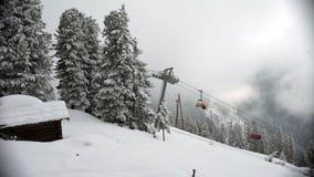Ανελκυστήρας στο σταθμό σκι Zillertal, Αυστρία Σκιέρ στο χιόνι απόθεμα βίντεο