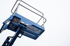Ανελκυστήρας ψαλιδιού που απομονώνεται στο συννεφιάζω ουρανό στοκ εικόνες