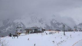 Ανελκυστήρες να κάνει σκι στο θέρετρο απόθεμα βίντεο