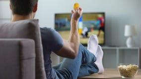Ανεμιστήρας αμερικανικού ποδοσφαίρου που χαίρεται για το στόχο που σημειώνεται από την αγαπημένη ομάδα, πρωτάθλημα απόθεμα βίντεο