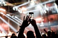 Ανεμιστήρας που παίρνει τη φωτογραφία της συναυλίας στο φεστιβάλ Στοκ φωτογραφία με δικαίωμα ελεύθερης χρήσης