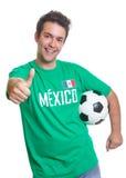 Ανεμιστήρας ποδοσφαίρου γέλιου μεξικάνικος με τη σφαίρα που παρουσιάζει αντίχειρα στοκ εικόνα με δικαίωμα ελεύθερης χρήσης