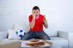 Ανεμιστήρας ποδοσφαίρου στο ποδοσφαιρικό παιχνίδι προσοχής του Τζέρσεϋ ομάδων στη TV νευρική και που τονίζεται Στοκ φωτογραφίες με δικαίωμα ελεύθερης χρήσης