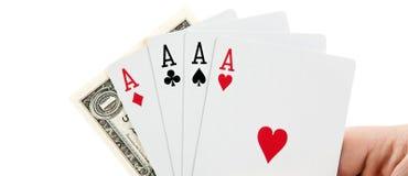 Ανεμιστήρας των άσσων καρτών παιχνιδιού και ένας λογαριασμός του δολαρίου υπό εξέταση σε ένα W Στοκ Εικόνες