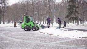 Ανεμιστήρας χιονιού που αφαιρεί το χιόνι από την οδό στις χιονοπτώσεις απόθεμα βίντεο