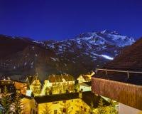Ανεμιστήρας χιονιού που λειτουργεί τη νύχτα σε ένα χιονοδρομικό κέντρο στοκ φωτογραφίες