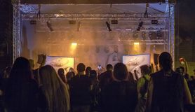 Ανεμιστήρες βαρύ μετάλλου που απολαμβάνουν τη ζωντανή συναυλία στοκ φωτογραφία με δικαίωμα ελεύθερης χρήσης