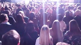 Ανεμιστήρες ενθαρρυντικοί στη ζωντανή συναυλία απόθεμα βίντεο