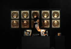 10 ανεμιστήρες εξάτμισης που εξοπλίζονται μέσω των φωτοευαίσθητων αισθητήρων διαβιβάζουν τον ήχο μέσω του φωτός κατά τη διάρκεια  Στοκ φωτογραφία με δικαίωμα ελεύθερης χρήσης