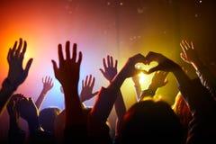 Ανεμιστήρες που κυματίζουν τα χέρια στη συναυλία στοκ φωτογραφία με δικαίωμα ελεύθερης χρήσης