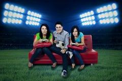 Ανεμιστήρες ποδοσφαίρου που παίζουν το παιχνίδι ποδοσφαίρου Στοκ φωτογραφίες με δικαίωμα ελεύθερης χρήσης