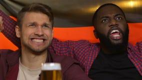Ανεμιστήρες στο μπαρ τη γερμανική σημαία, που απογοητεύεται που κυματίζει για το στόχο παραχώρησης εθνικών ομάδων απόθεμα βίντεο