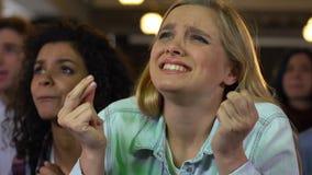 Ανεμιστήρες συναισθηματικά ενθαρρυντικοί για τον αγώνα ποδοσφαίρου προσοχής νίκης αθλητικών ομάδων στο φραγμό απόθεμα βίντεο