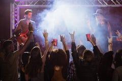 Ανεμιστήρες τα όπλα που αυξάνονται με απόλαυση της συναυλίας μουσικής Στοκ εικόνες με δικαίωμα ελεύθερης χρήσης