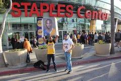Ανεμιστήρες του Kobe Bryant έξω από το κέντρο βάσεων Στοκ Εικόνα