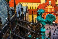Ανεμοδείκτης στη στέγη καθεδρικών ναών του ST Vitus, τσέχικα, Πράγα Pragu Στοκ εικόνες με δικαίωμα ελεύθερης χρήσης