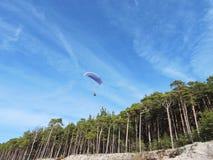 Ανεμοπλάνο που πετά κοντά στη θάλασσα της Βαλτικής, Λιθουανία Στοκ φωτογραφία με δικαίωμα ελεύθερης χρήσης