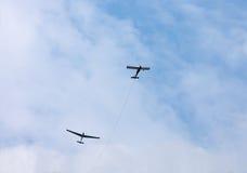 Ανεμοπλάνο που ρυμουλκείται στον ουρανό Σχοινί ρυμούλκησης που αποσυνδέεται Το ανεμοπλάνο είναι Στοκ εικόνες με δικαίωμα ελεύθερης χρήσης