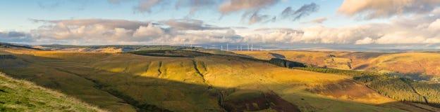 Ανεμοστρόβιλοι και σύννεφα στο τοπίο της Rhondda Cynon Taf, στοκ φωτογραφίες με δικαίωμα ελεύθερης χρήσης