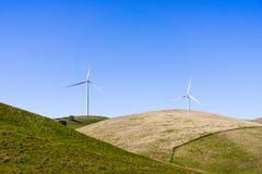 Ανεμοστρόβιλοι στην κορυφή των πράσινων λόφων στοκ φωτογραφίες με δικαίωμα ελεύθερης χρήσης