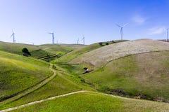 Ανεμοστρόβιλοι στην κορυφή των πράσινων λόφων στοκ φωτογραφία με δικαίωμα ελεύθερης χρήσης