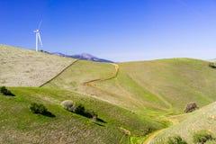 Ανεμοστρόβιλοι στην κορυφή των πράσινων λόφων στοκ εικόνα με δικαίωμα ελεύθερης χρήσης