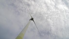 Ανεμοστρόβιλος πέρα από το θυελλώδη νεφελώδη ουρανό που χρησιμοποιεί τη ανανεώσιμη ενέργεια για να παραγάγει τη ηλεκτρική δύναμη απόθεμα βίντεο