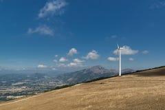 Ανεμοστρόβιλος σε μια κορυφογραμμή βουνών στη βόρεια Ιταλία στοκ εικόνες