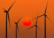 Ανεμοστρόβιλοι σκιαγραφιών που παράγουν την ηλεκτρική ενέργεια Στοκ Φωτογραφία