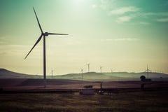 Ανεμοστρόβιλος που παράγει την ηλεκτρική ενέργεια στον τομέα κάτω από τον ουρανό Ιταλία Στοκ Εικόνες