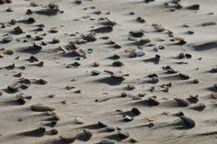 Ανεμοδαρμένοι βράχοι στη λεπτή άμμο που απεικονίζει τη δύναμη του αέρα Στοκ Εικόνες