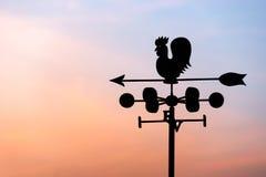 Ανεμοδείκτης κοτόπουλου με την πυξίδα και τον ουρανό Στοκ Εικόνα