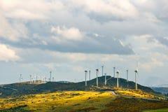 Ανεμόμυλοι για την παραγωγή ηλεκτρικής δύναμης στο βουνό Στοκ Φωτογραφίες