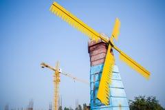 Ανεμόμυλοι και γερανός πύργων στοκ φωτογραφία με δικαίωμα ελεύθερης χρήσης