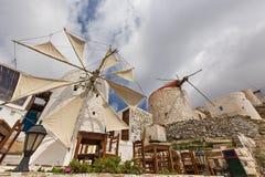 Ανεμόμυλοι παράδοσης στο χωριό Olympos, νησί Karpathos, Dodecanese Ελλάδα Στοκ εικόνα με δικαίωμα ελεύθερης χρήσης