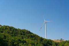 Ανεμόμυλοι που μετατρέπουν τη αιολική ενέργεια στην ηλεκτρική ενέργεια Στοκ Εικόνες