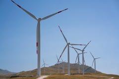 Ανεμόμυλοι που μετατρέπουν τη αιολική ενέργεια στην ηλεκτρική ενέργεια Στοκ Φωτογραφία