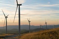 Ανεμόμυλοι που μετατρέπουν τη αιολική ενέργεια στην ηλεκτρική ενέργεια Στοκ εικόνες με δικαίωμα ελεύθερης χρήσης