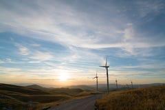 Ανεμόμυλοι που μετατρέπουν τη αιολική ενέργεια στην ηλεκτρική ενέργεια Στοκ φωτογραφία με δικαίωμα ελεύθερης χρήσης