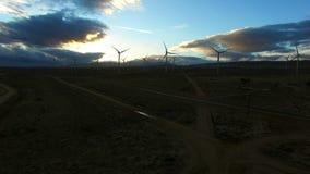 Ανεμόμυλοι που παράγουν την ηλεκτρική ενέργεια στην ανατολή απόθεμα βίντεο