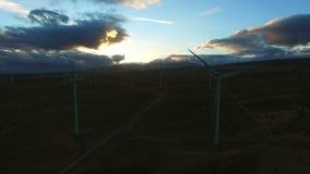 Ανεμόμυλοι που παράγουν την καθαρή ανανεώσιμη ενέργεια κατά τη διάρκεια της ανατολής απόθεμα βίντεο