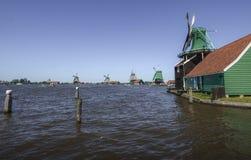 Ανεμόμυλοι που υπερασπίζονται τον ποταμό στις Κάτω Χώρες στοκ εικόνες με δικαίωμα ελεύθερης χρήσης