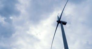 Ανεμόμυλος ανεμοστροβίλων που παράγει την πράσινη ηλεκτρική ενέργεια απόθεμα βίντεο