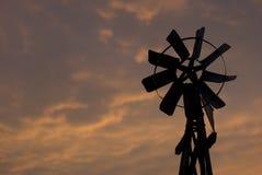 ανεμόμυλος ηλιοβασιλέ&mu Στοκ Φωτογραφίες
