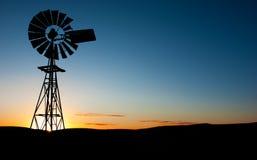 ανεμόμυλος ηλιοβασιλέμ στοκ εικόνες