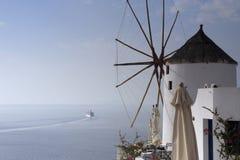 Ανεμόμυλος και όψη σχετικά με τη θάλασσα Στοκ Εικόνα