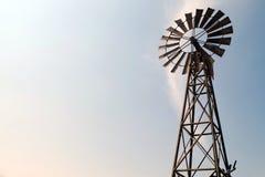 ανεμόμυλος μπλε ουραν&omicr Αμερικανικό εικονίδιο επαρχίας στοκ εικόνα